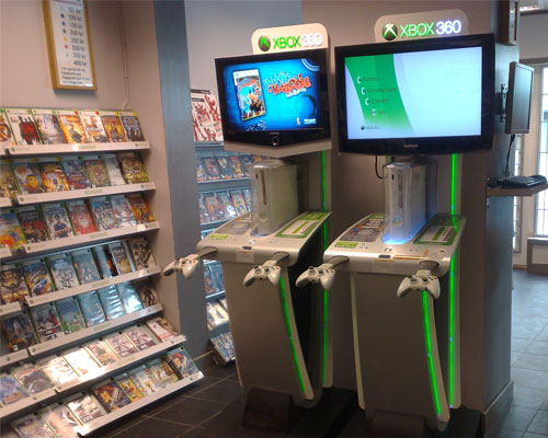 61caf8161b77 Idag kom en representant för Microsoft för att pimpa våra så kallade xbox  kioskar. Så idag sattes det på lite nya klistermärken och sen byttes  skivorna i ...